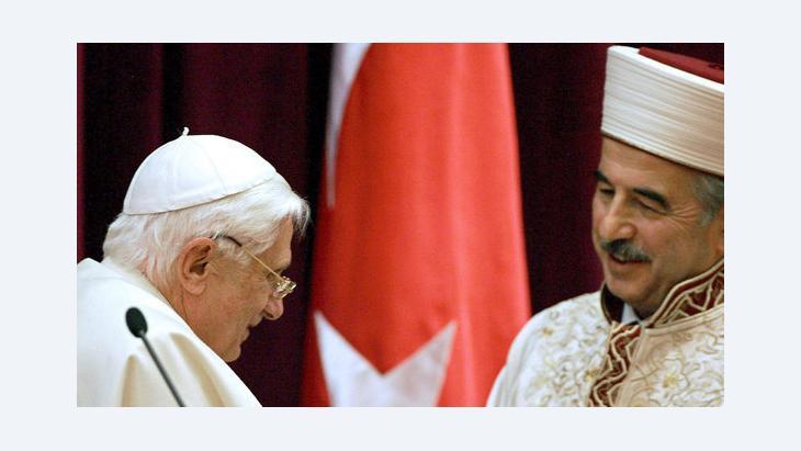 Ali Bardakoglu, secular Turkey's top religious official (R) greets Pope Benedict XVI at the Directorate of Religious Affair in Ankara, November 2006 (photo: EPA/Patrick Hertzog)