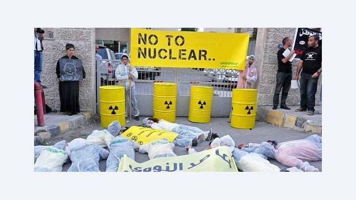 Greenpeace protest outside the Ministry for Energy in Amman (photo: Greenpeace)