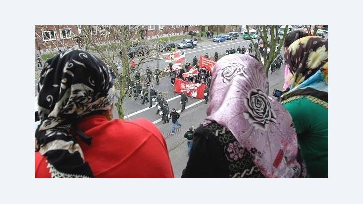 Muslim women watch an NDP demonstration in the city of Duisburg (photo: AP)