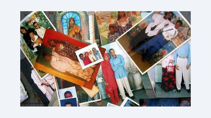 An array of photographs of African refugees and migrants (photo: picture-alliance/Milestone Media)