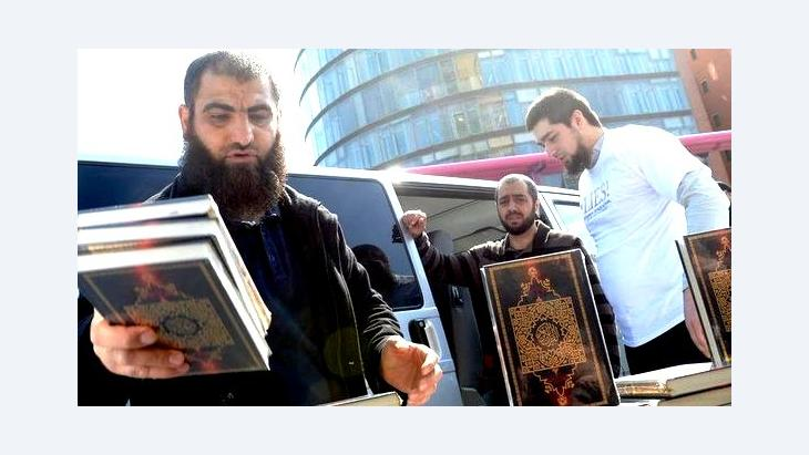 Salafists in Berlin give away free copies of the Koran (photo: dpa)
