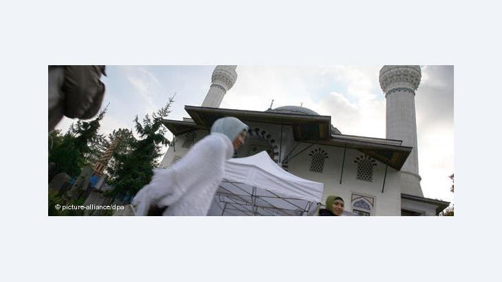Young Muslim women in front of the Sehitlik mosque in Berlin (photo: picture alliance/dpa)