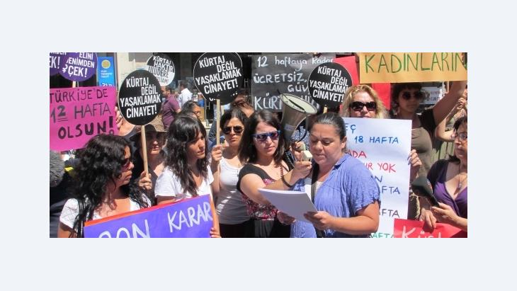 Selen Lermioğlu Yılmaz (right) at an abortion rally in Istanbul, Turkey, on 17 June 2012 (photo: Fatma Kayabal)
