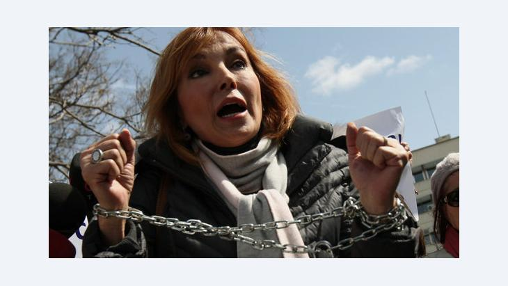 Protest of the Turkish journalist Ruhat Mengi together with other journalists in Ankara (photo: dapd)