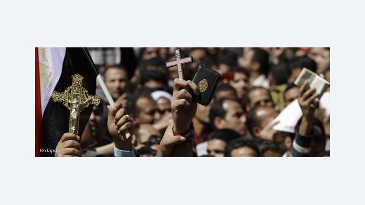 Demonstrators at Tahrir Square holding Korans and Crosses (photo: dapd)