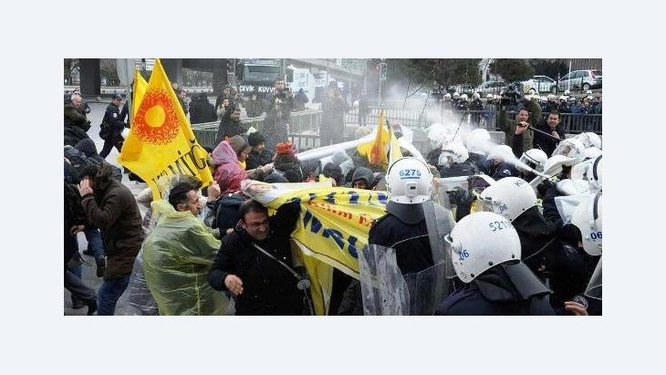 Clashes between police and people demonstrating against the planned school reform in Ankara on 28 March 2012 (photo: Reuters)