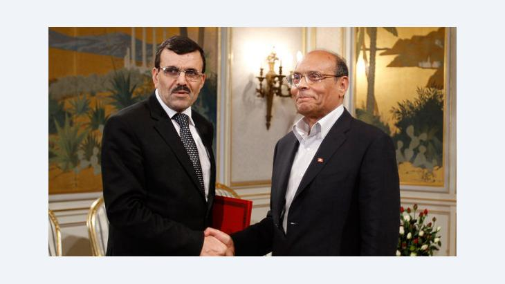 Tunisian President Moncef Marzouki (R) shakes hands with Prime Minister Ali Larayedh (photo: Reuters/Zoubeir Souissi)