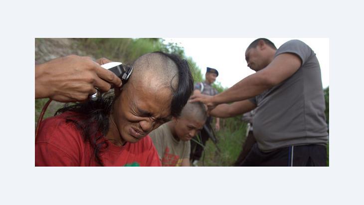 Police officers shave the heads of punks, Indonesia, 14 December 2011 (photo: EPA/HOTLI SIMANJUNTAK)