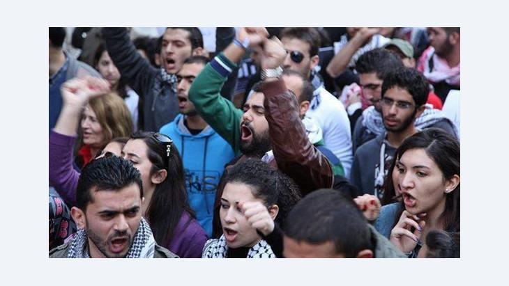 Lebanese demonstrators in front of the Syrian embassy in Beirut (photo: DW/Dareen Al Omari)