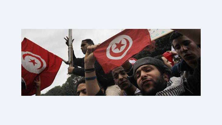 Tunisians celebrate the fall of dictator Ben Ali (photo: AP)