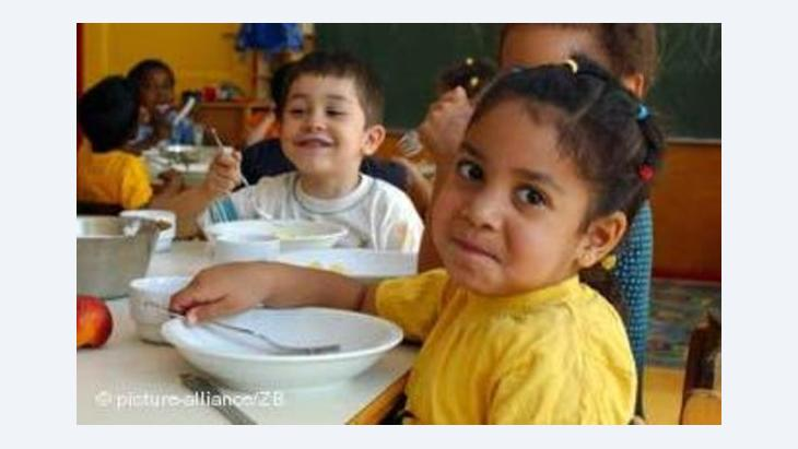 Children of different nationalities eating together in the multicultural kindergarten of St Simeon in Berlin (photo: picture alliance)