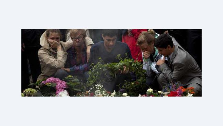People mourning the dead after the attacks in Norway (photo: AP)