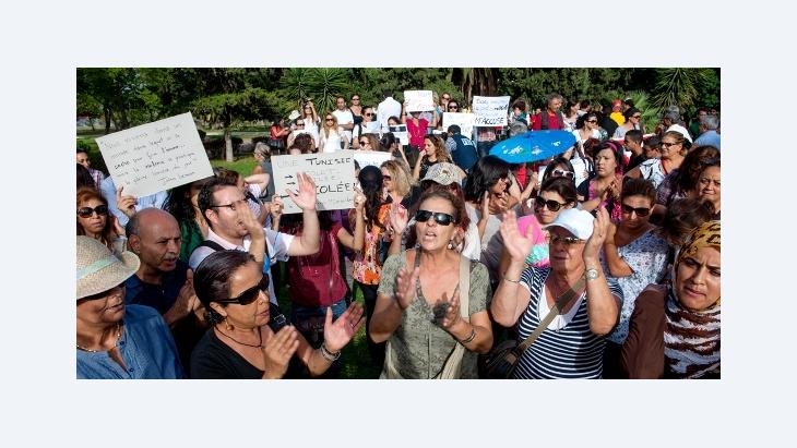 Tunisian protesters hold slogans during a demonstration to protest over the violence against women in Tunis, Tunisia on September 29, 2012, in support of a woman who was raped by two policemen (photo: picture alliance/abaca)