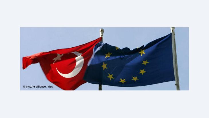 Turkey's and the European flag (photo: dpa)