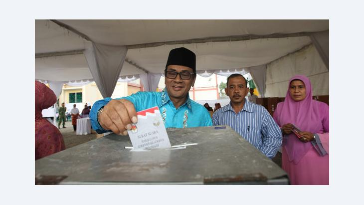 Mawardi Nurdin, one of the mayoral candidates, casts his vote into a ballot box in local elections in Aceh, Indonesia, 9 April 2012 (photo: EPA/Hotli Simanjuntak)