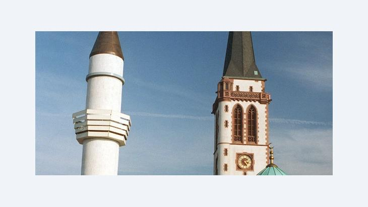 "The minaret of Mannheim's Yavus Sultan Selim Mosque, next to the church spire of the ""Liebrauenkirche"" (photo: dpa)"