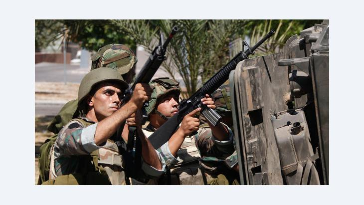Lebanese army troops fighting radical sheikh al-Assir in Sidon (photo: Reuters)
