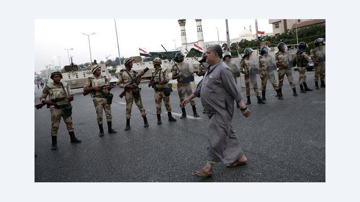 Military units block a road in Egypt's capital city (photo: dpa)