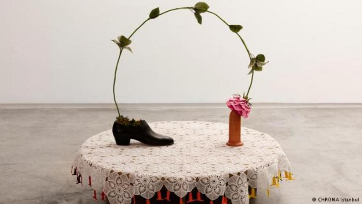 Art installation by Nilbar Gures: shoe, rose and dildo (photo: Schwules Museum)