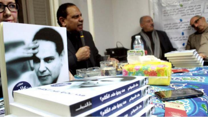 """Breaking the culture of silence: in his bestseller """"The Yacoubian Building"""", Al Aswany was already castigating the ills of Egyptian society: In it, he describes the microcosm of a Cairo apartment building, for whose inhabitants violence, corruption, bigoted sexual morality and Egypt's brutal classist society are a part of everyday lifes"""