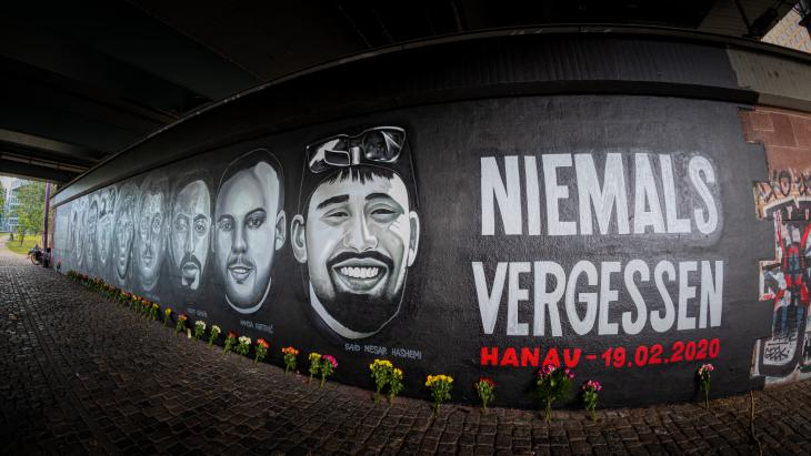 Right-wing terrorist attack in Hanau: a 27-metre-long wall of graffiti in Frankfurt/Main commemorates the victims of the Hanau attack on 19 February 2020.