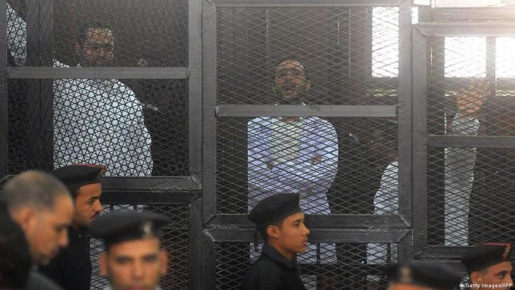 Secular opposition members in front of a court in Egypt, 22.03.2013.
