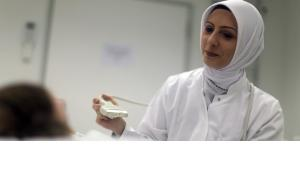 The physician Hatice Aygün is wearing a headscarf at at a hospital in the city of Lübeck (photo: dpa)