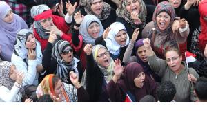 Egyptian women shout slogans against the President Mohamed Morsi decree, at Tahrir Square, Cairo, Egypt, 27 November 2012 (photo: dpa)