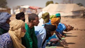 Praying Malian Muslim men in a refugee camp in Burkina Faso (photo: Peter Hille/DW)