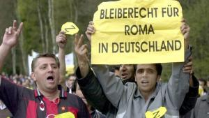 People demonstrating their solidarity with Romani people who are threatened with deportation from Germany (photo: picture-alliance/dpa)