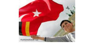 A boy with a Turkish and a German flag (photo: AP)