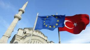 A Turkish and a EU flag in front of a mosque in Istanbul in 2005 (photo: Osman Orsal/AP)