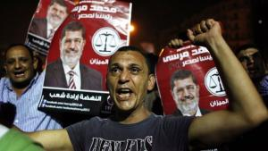 Supporters of the Muslim Brothers holding up pictures of president Mursi (photo: AP)