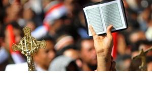Christians and Muslims demonstrating for tolerance on Tahrir Square, Cairo (photo: picture-alliance/dpa)