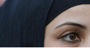 Close-up of a young woman wearing a headscarf (photo: dpa)
