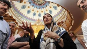 Turkish-born Integration Minister of Baden Württemberg Bilkay Öney, visiting a mosque in Mannheim (photo: dpa)