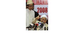 Nik Aziz, chief minister of Kelantan, right during a press conference (photo: AP)