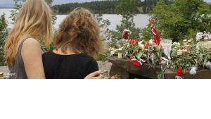 Two young women stand in silence after placing flower near Sundvollen close to the Utoya island, near Oslo, Norway, Tuesday, July 26, 2011 (photo: dapd)