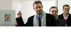 Mustafa Barghouti, presidential candidate, holds up his ballot paper as he votes in the Palestinian presidential election in 2005 (photo: picture alliance/dpa)