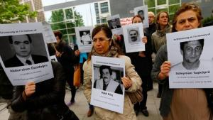Demonstrators hold pictures of the victims of the NSU terror in front of the courthouse (photo: Reuters/Kai Pfaffenbach)