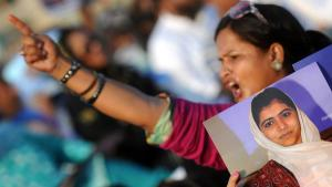 A Pakistani woman shows her solidarity with Malala Yousafzai at a demonstration in Karachi (photo: Getty Images)