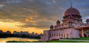 Putra Mosque in Putrajaya (photo: Wikipedia/Creative Commons License/o b s k u r a)