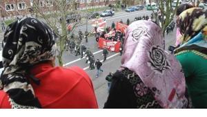Muslim women watch an NDP demonstration in the city of Duisburg (photo: AP)