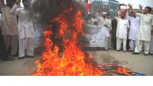 Demonstration against the anti-Islamic film in Peshawar, Pakistan, during which a US flag is set on fire (photo: Reuters)