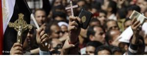 Demonstrators at Tahrir Square holding Korans and Crosses (photo: dapd)