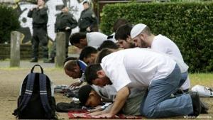 Salafists pray in a pedestrian zone of a German city (photo: dpa/picture alliance)