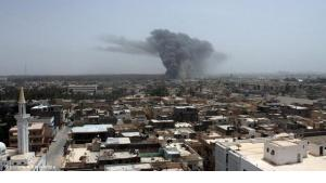 Columns of smoke rise above Tripoli after a NATO air attack on 7 June 2011 (photo: picture alliance/dpa)