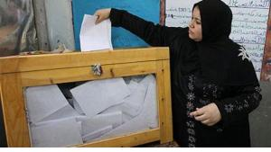 A woman casts her vote in the first round of the presidential elections (photo: dpa)