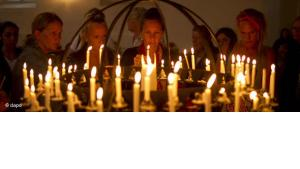 People lighting candles for the victims of the massacre in Norway (photo: Matt Dunham/AP/dapd)