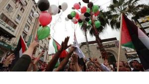 In Ramallah, Palestinians celebrate the unity deal between Hamas and Fatah on 6 February 2012 (photo: dpa)